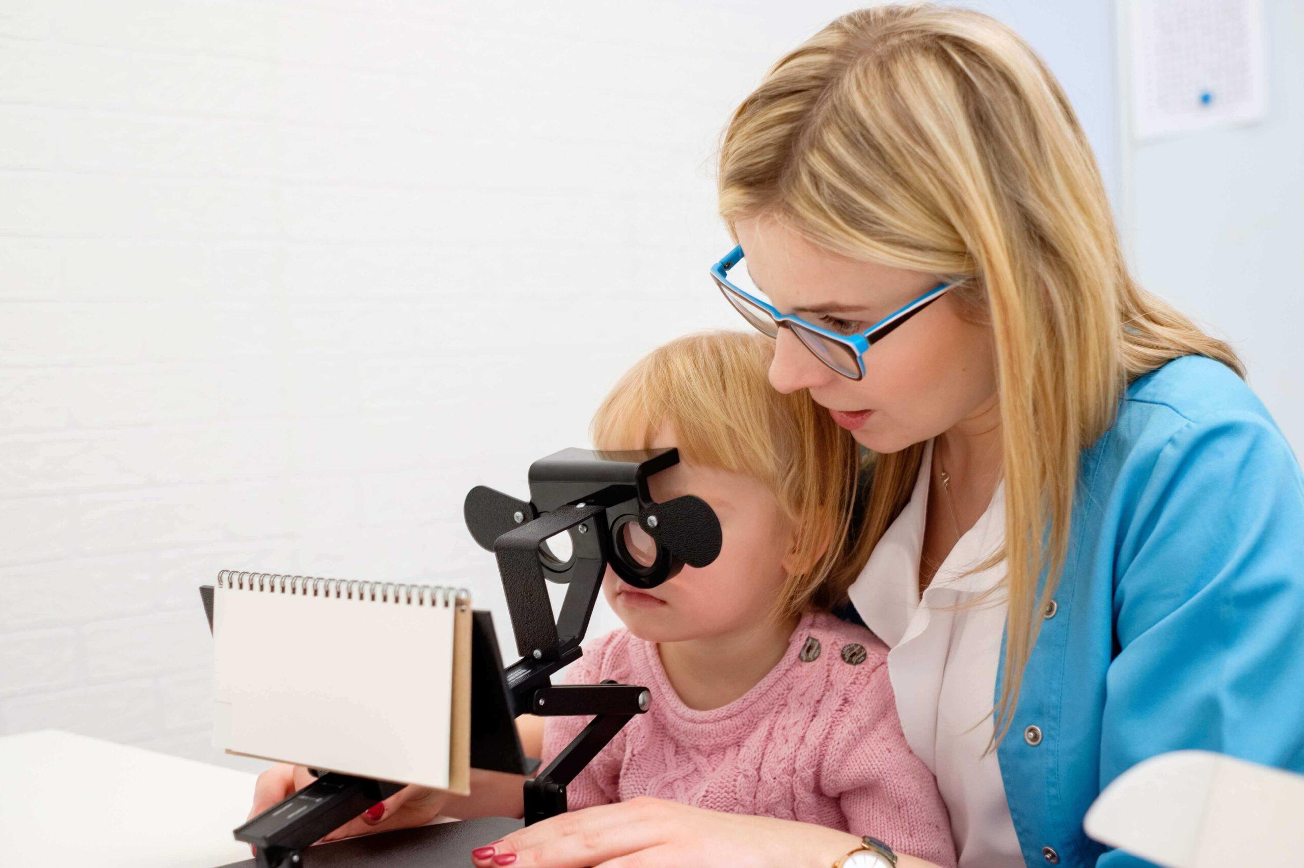 Badanie wzroku dzieci pod kątem dyslekcji. Profesjonalne badanie wzroku we Wrocławiu wykonywane przez optometrystę.